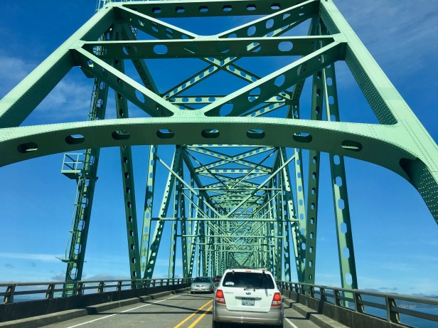 crossing bridge oregon to washington